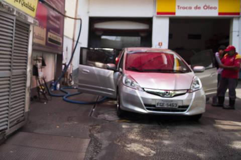 SÃO PAULO, SP, 11.09.2018 - Posto na avenida Angélica, em São Paulo. Os aumentos dos preços da gasolina e do diesel nas refinarias chegaram às bombas na semana passada, segundo a ANP (Agência Nacional do Petróleo, Gás e Biocombustíveis). Após um período de estabilidade, o preço médio da gasolina subiu 1,77% e o do diesel, 3,44%. (Foto: Danilo Verpa/Folhapress)