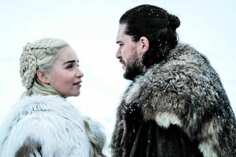 Daenerys Targaryen e Jon Snow, interpretados pelos atores Emilia Clarke e Kit Harington, em cena da última temporada de 'Game of Thrones'