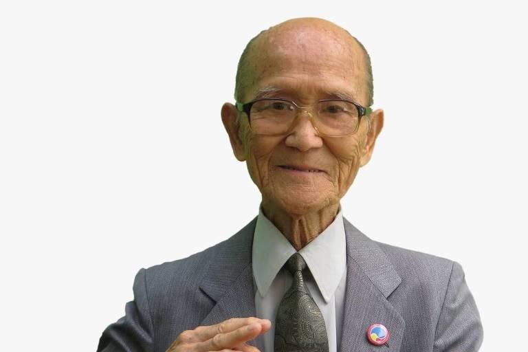 Tomio Kikuchi faz o símbolo de uma alavanca