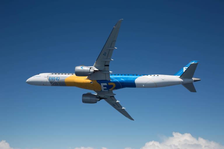 Foto do jato E195-E2, o maior avião comercial já produzido pela Embraer, voando