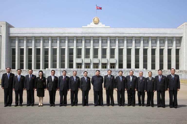 Kim Jong Un como membros da Assembleia Popular Suprema, em frente ao Mansudae Assembly Hall, em Pyongyang