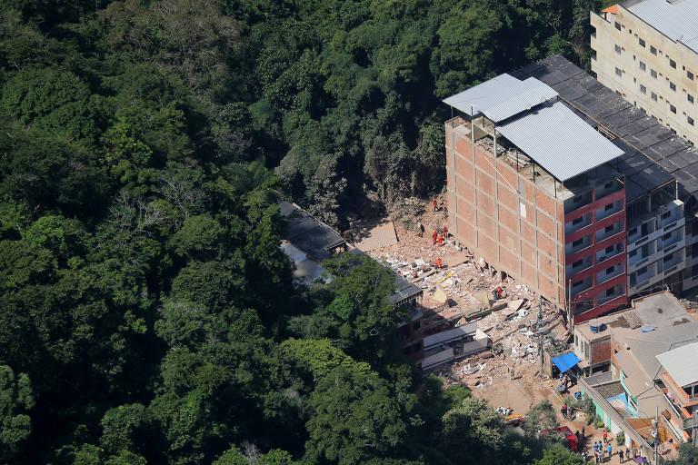 Local em que dois prédios desabaram na comunidade da Muzema, no Rio