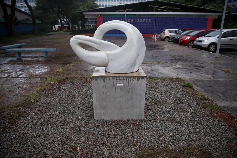 Escultura doada pela artista Bia Dória, esposa do governador de SP João Dória, para a câmara dos deputados. A obra está colocada na superquadra 302 norte, em Brasília, quadra onde estão apartamentos funcionais dos deputados