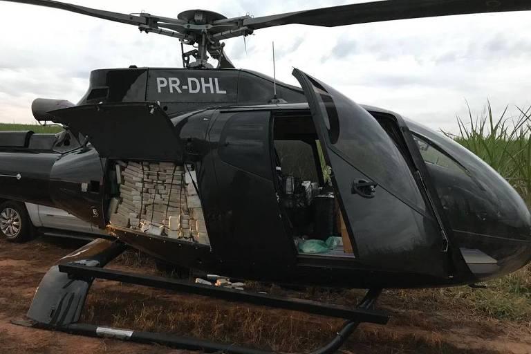 Helicóptero peto com pota aberta, que mostra pacotes dentro