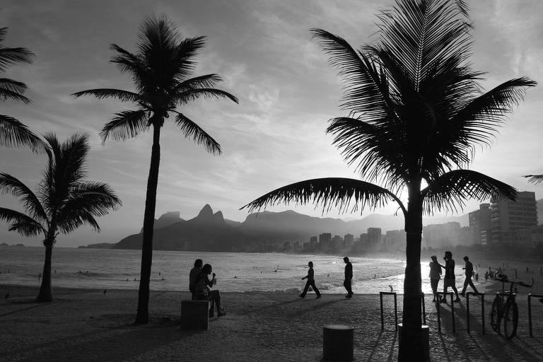 Pôr do sol, na praia de Ipanema, no Rio