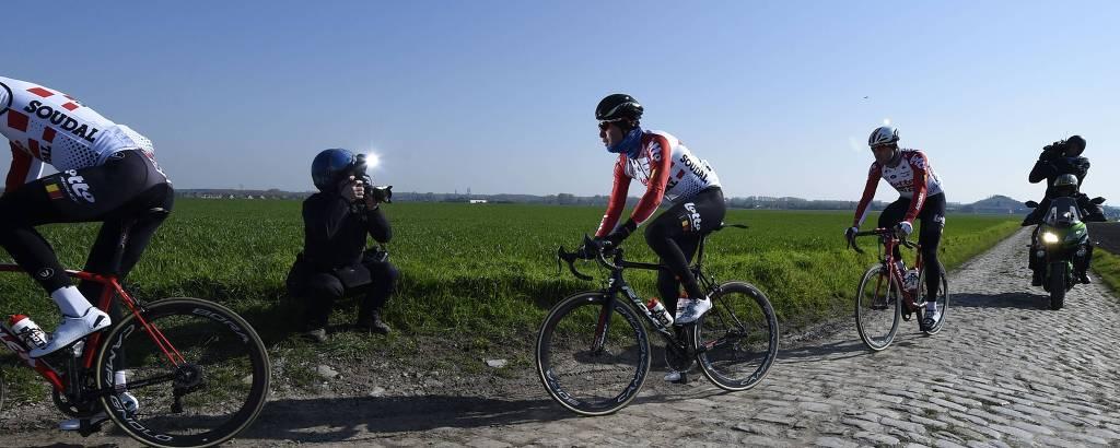 Os ciclistas da equipe suíça de Lotto-Soudal fazem o reconhecimento para a Paris-Roubaix, que será realizada neste domingo