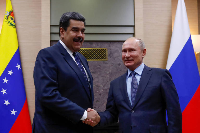 Nicolás Maduro, ditador da Venezuela, e o presidente da Rússia, Vladimir Putin, apertam as mãos
