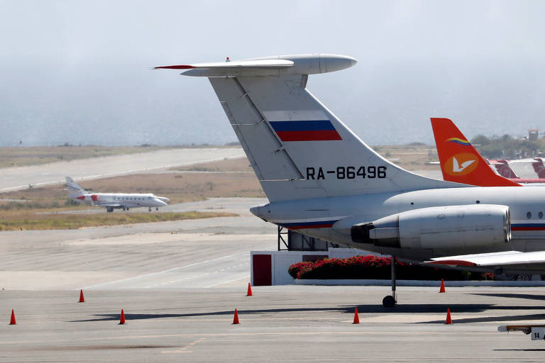 Avião com bandeira russa no aeroporto internacional Simon Bolivar em Caracas, na Venezuela, no fim de março