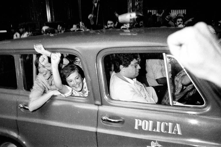 As presas políticas Lucía (à esq.) e María Elia Topolansky são libertadas em Montevidéu em 14 de março de 1985