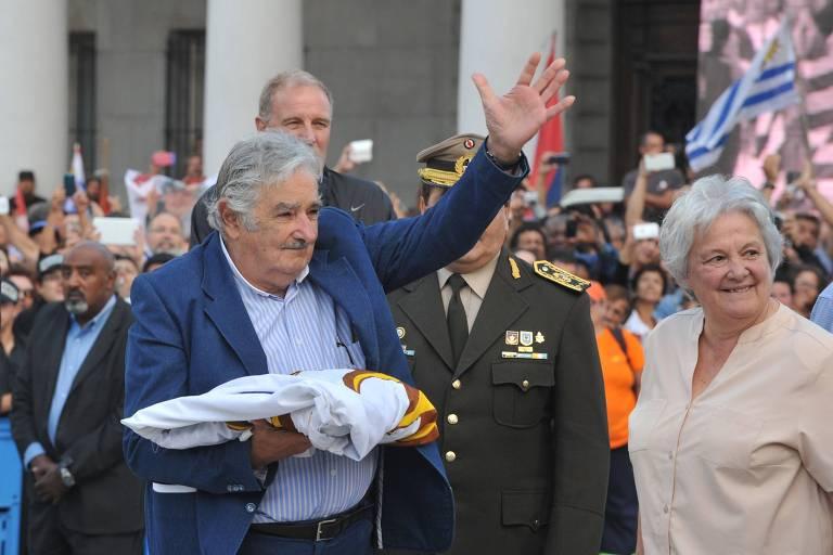 O presidente uruguaio, José Mujica, ao lado de sua mulher Lucia Topolansky, durante a cerimônia de sua despedida da Presidência do Uruguai, em 2015