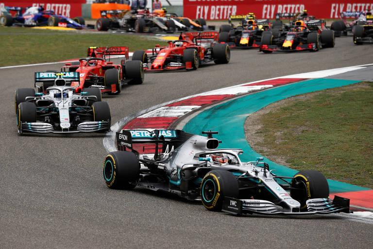 Lewis Hamilton em ação no início do GP da China