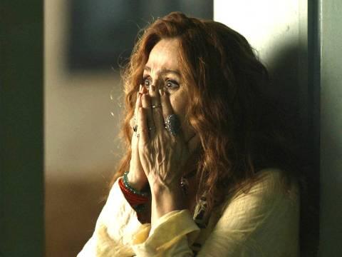 """Milu (Zezé Polessa) se choca ao saber que Aranha tentou se matar em cena de """"O Sétimo Guardião"""""""