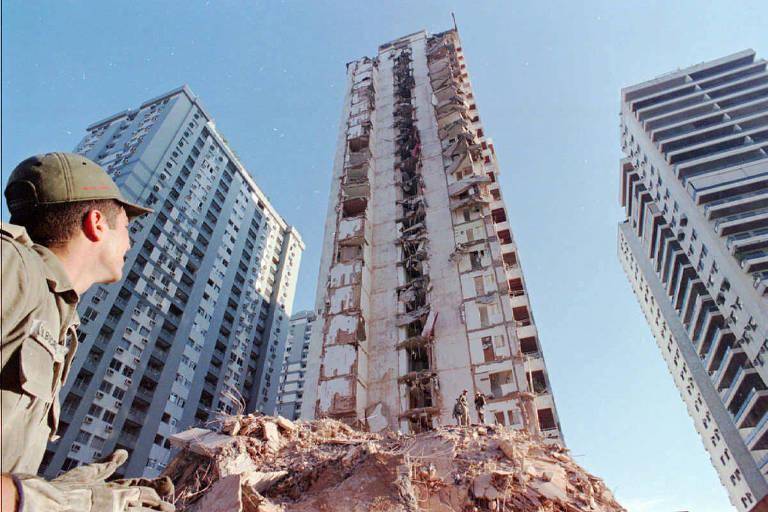 Soldado do Corpo de Bombeiros olha para o prédio Palace 2, que desabou parcialmente e deixou oito mortos em 1998