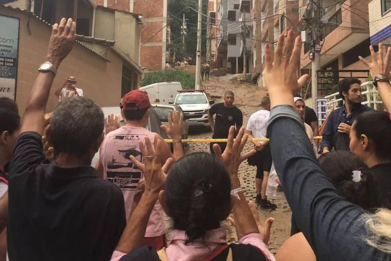 Corrente de oração de missionários da Universal em Muzema, região dos prédios desabados no Rio
