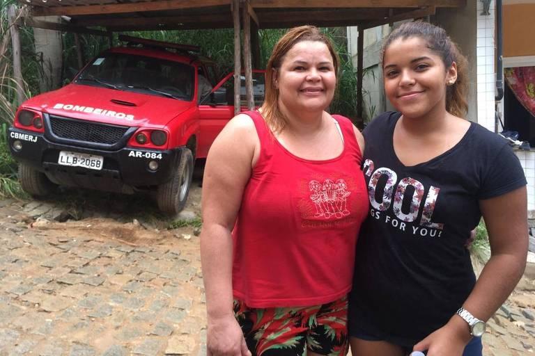 Eliane Claudia de Lima, 41, e a filha Júlia Carolina, 14, são voluntárias em Muzema