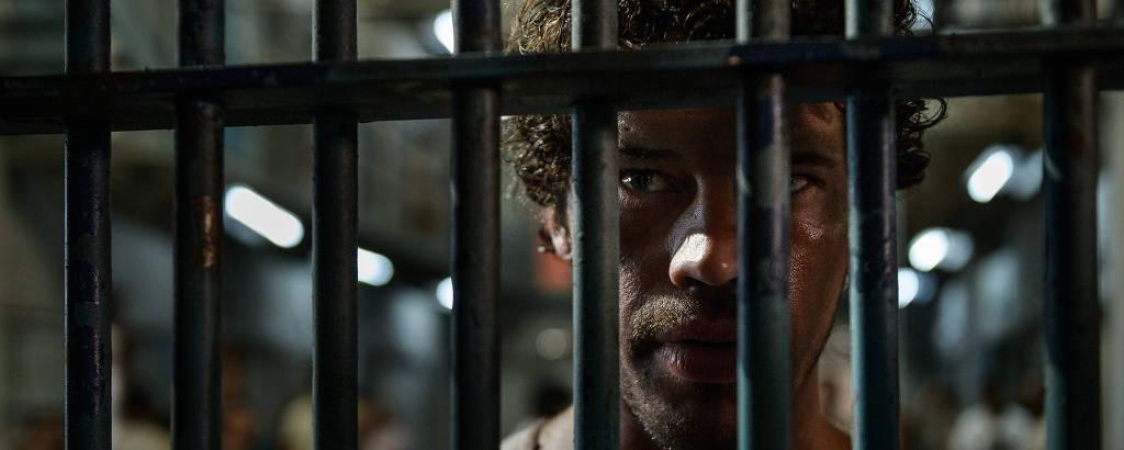 Paraíba (José Loreto) espera por Rejane, mas ela não aparece em cena da segunda temporada de 'Carcereiros'