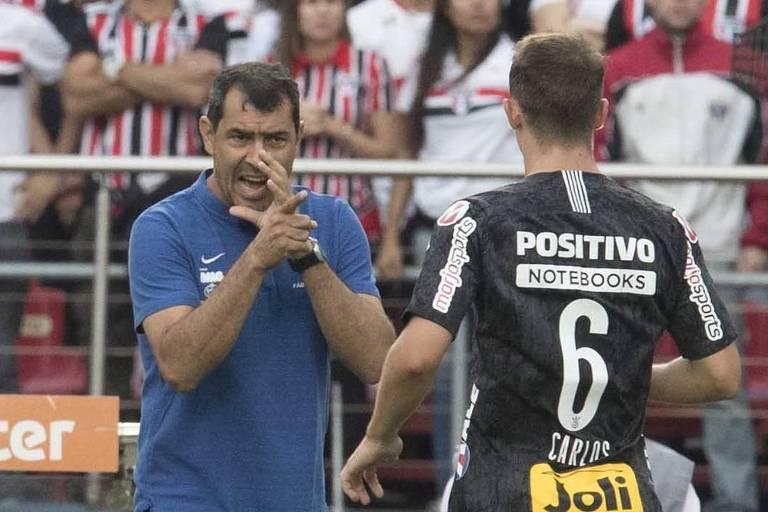 O técnico alvinegro Fábio Carille passa instruções para o lateral Carlos no jogo entre São Paulo e Corinthians, no Morumbi, na primeira final do Paulista
