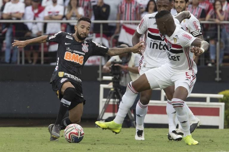 O corintiano Clayson disputa a bola com o são-paulino Arboleda, no Morumbi, no jogo de ida das finais do Campeonato Paulista