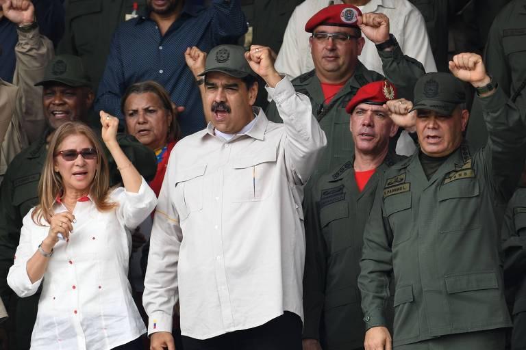 Nicolás Maduro (centro) durante comemoração do 17º aniversário do fracasso do golpe que tentou tirar Hugo Chávez do poder