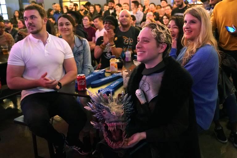 O fã Marlee Newman assiste 'Game of Thrones' com uma máscara nas mãos