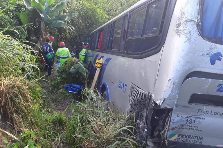 Ônibus é atingido por caminhão e cai em ribanceira na Régis; 27 pessoas ficaram feridas