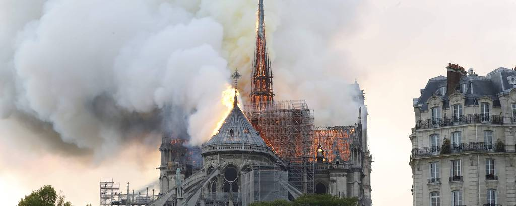 Catedral Notre-Dame é atingida por incêndio nesta segunda (15)