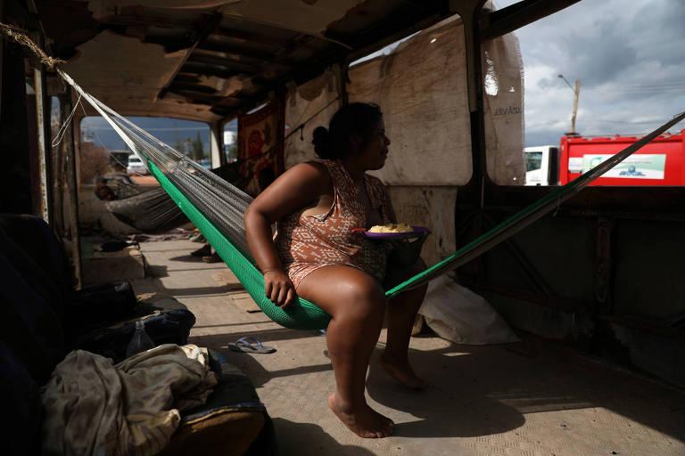 Venezuelanos vivem em ônibus abandonado