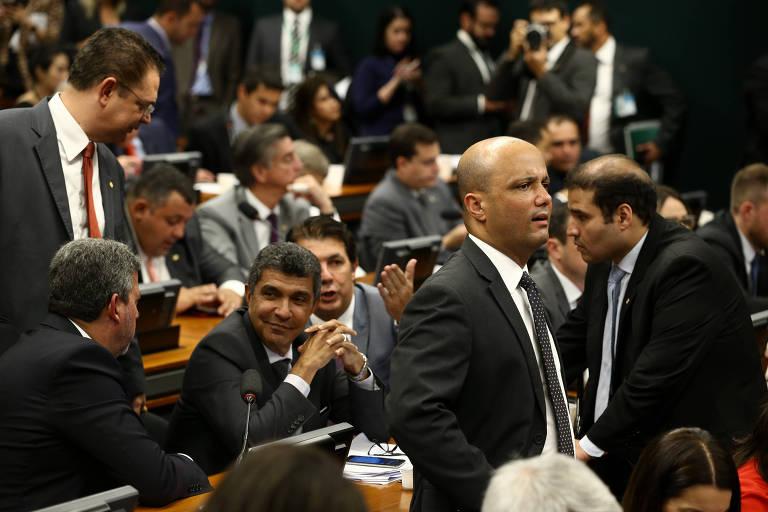Em primeiro plano, o líder do governo na Câmara, Major Vitor Hugo (PSL-GO), durante sessão da CCJ