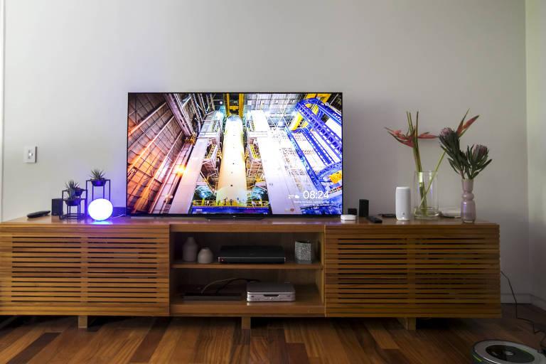 Sala de TV equipada com caixa de som inteligente