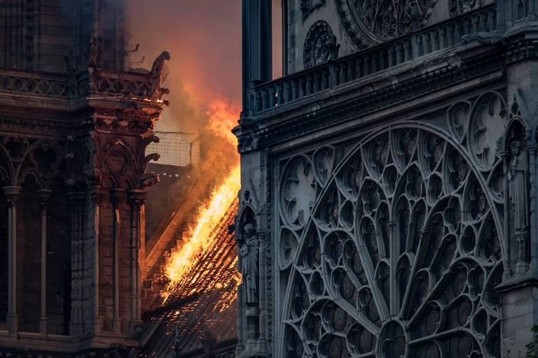 O incêndio teria começado nos aidames instalados na parte superior da catedral para trabalhos de restauração; à direita, é possível ver a parte exterior de um dos famosos vitrais de Notre-Dame