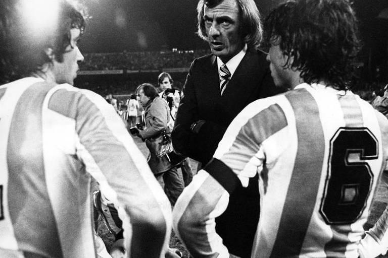 O técnico César Luis Menotti conversa com atletas da seleção argentina