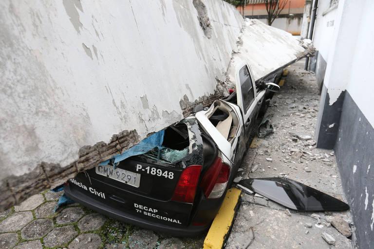 Fachada do 68º Distrito Policial, no Lajeado, zona leste de SP, caiu sobre viatura da polícia