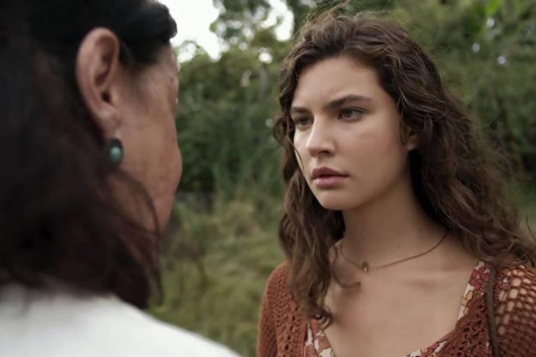 Isaura (Anja Bittencourt) fala demais e entrega que filha de Rita (Alanis Guillen) esta viva