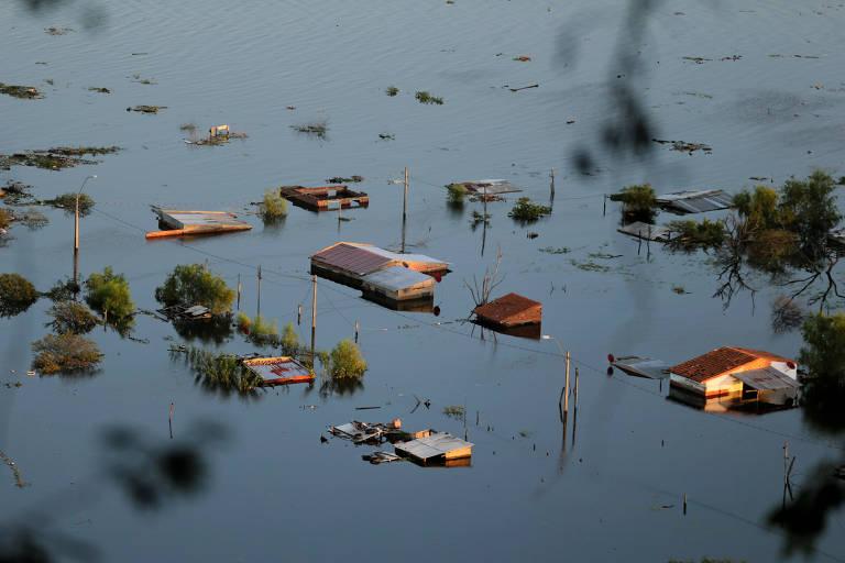 Enchente em área da cidade de Assunção após cheia do rio Paraguai