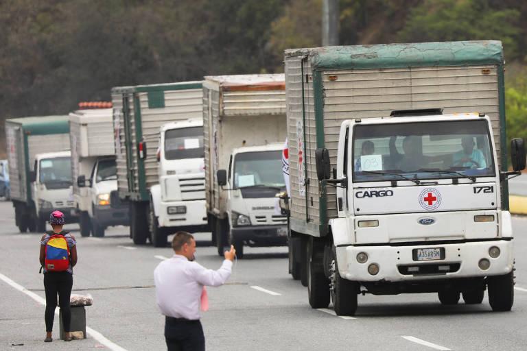 Comboio de caminhões marcados com o o símbolo da Cruz Vermelha carregam ajuda humanitária em Caracas, na Venezuela