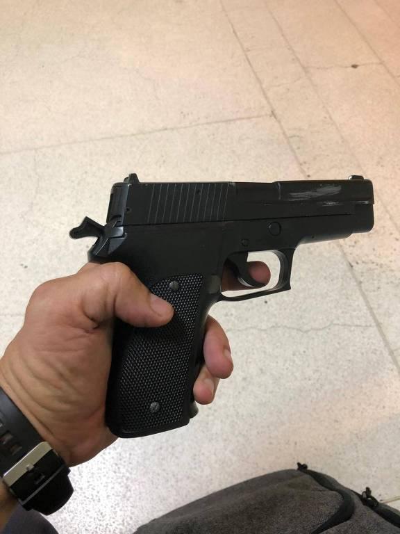 Arma de brinquedo usada pelo criminoso durante a tentativa de roubo
