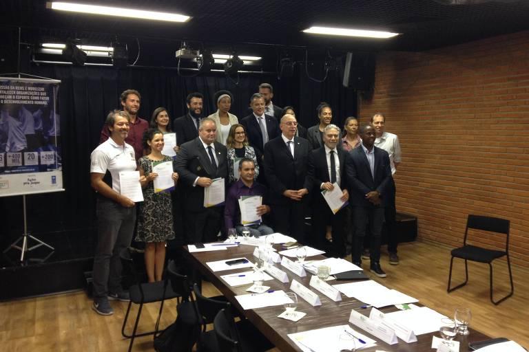 Participantes da reunião seguram cópia da carta enviada ao presidente brasileiro