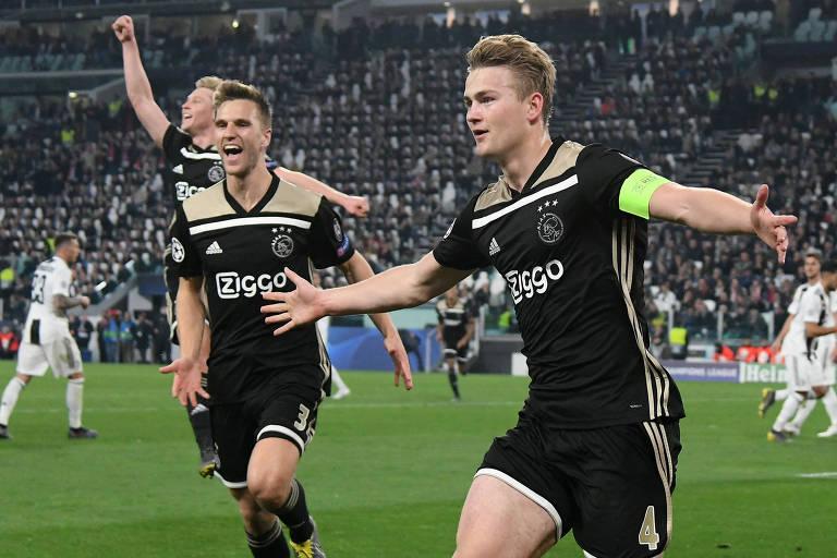 Jogadores do Ajax comemoram o segundo gol da equipe, que deu a vaga na semifinal da Champions