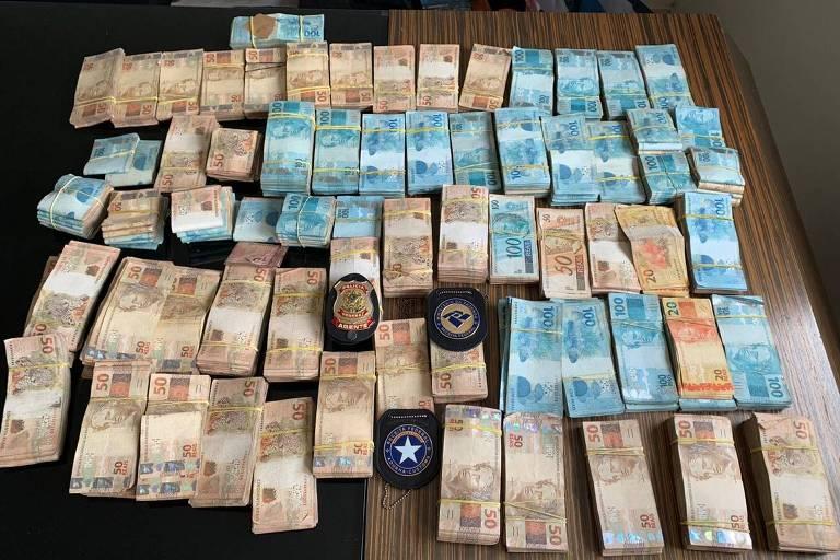 Maços de dinheiro em espécie apreendido na Operação