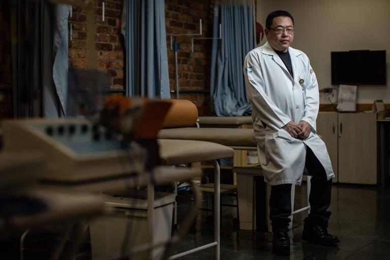 Médico apoiado em macas em ambulatório