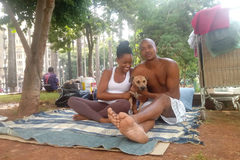Casal Rodrigo Gomes, 36, e Camila Costa, 30, que vive há cinco anos na praça da Sé