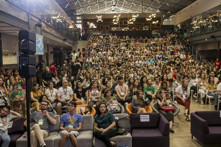 Plateia com cerca de 400 pessoas