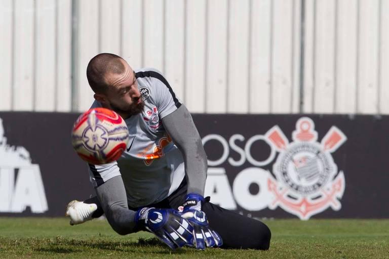 Walter pratica defesa em treino do Corinthians; na ausência de Cássio, suspenso, o reserva ganha uma chance na meta do Timão diante da Chapecoense