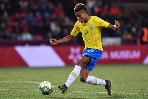Brazil's forward David Neres plays the ball during the friendly football match between the Czech Republic and Brazil at the Sinobo Arena in Prague, Czech Republic on March 26, 2019. (Photo by JOE KLAMAR / AFP) ORG XMIT: JKL