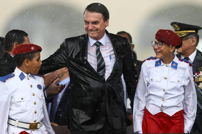O presidente Bolsonaro abraça alunos do Colégio Militar de Brasília durante cerimônia nesta quarta (17) em comemoração ao Dia do Exército