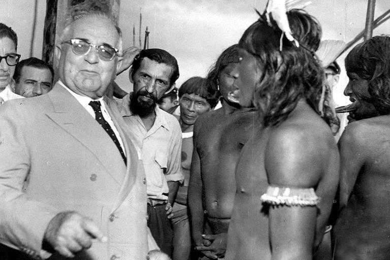 O presidente Getúlio Vargas se encontra com representantes do movimento indígena em janeiro de 1954