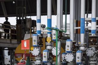 Caderno Especial sobre Combustiveis. Plataforma de carregamento dos caminhoes (de etanol, disel e gasolina) da distribuidora Raizen ,no bairro Vila Independencia