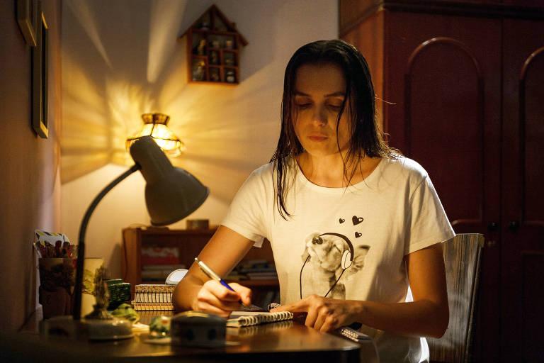 Daniela ( Mônica Iozzi ) verifica o conteúdo de todas as cartas que chegam à prisão e chega a escrever algumas correspondências