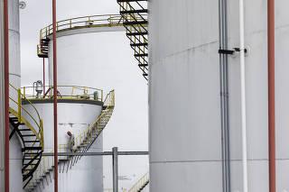 Caderno Especial sobre Combustiveis. Patio com bacias de tanques de combustiveis (etanol, gasolina e disel) da distribuidora Raizen no bairro Vila Independencia