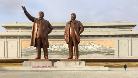 Pyongyang, Coreia do Norte, dez. 2018. Estátuas dos líderes no alto da colina Mansu, em Pyongyang, capital da Coreia do Norte (Foto: Tuca Vieira). Fotografia realizada com câmera de celular. ATENÇÃO: PROIBIDA A VENDA SEM AUTORIZAÇÃO DO AUTOR.